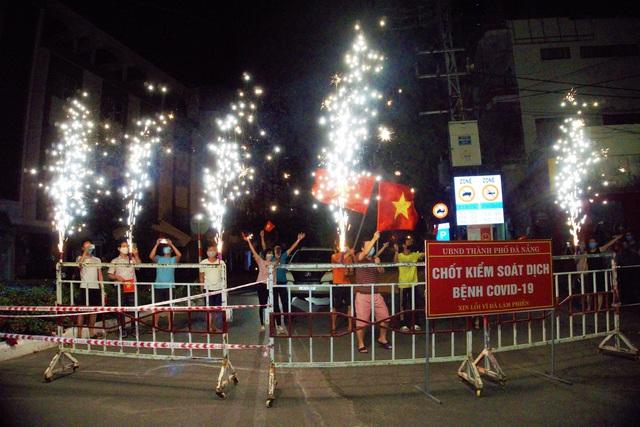 Người dân reo hò, vui mừng khi được gỡ phong tỏa; một số dịch vụ được hoạt động trở lại tại Đà Nẵng, Quảng Nam - Ảnh 1.