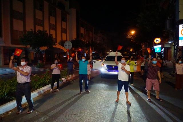 Người dân reo hò, vui mừng khi được gỡ phong tỏa; một số dịch vụ được hoạt động trở lại tại Đà Nẵng, Quảng Nam - Ảnh 2.