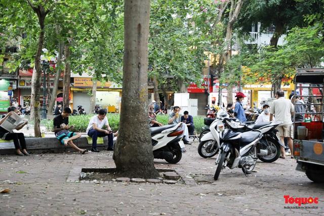 Hà Nội đóng cửa quán trà đá vỉa hè: Nơi khẩn trương dọn dẹp, chỗ như chưa hề có lệnh - Ảnh 12.