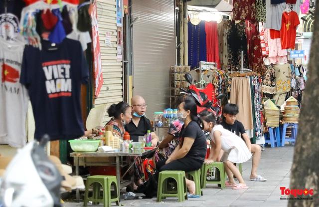 Hà Nội đóng cửa quán trà đá vỉa hè: Nơi khẩn trương dọn dẹp, chỗ như chưa hề có lệnh - Ảnh 14.
