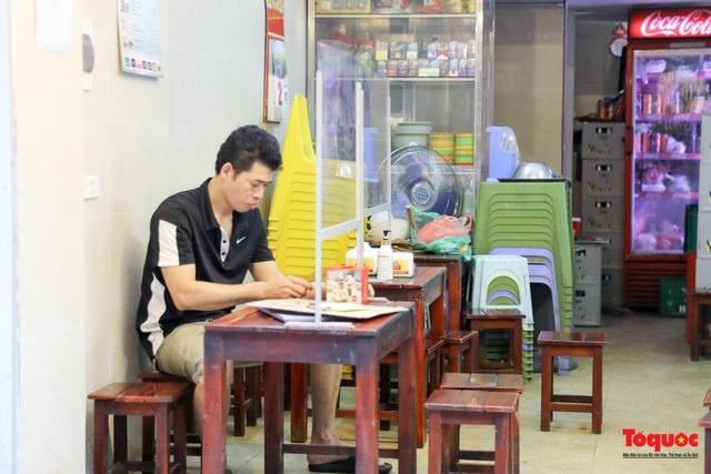 Hà Nội đóng cửa quán trà đá vỉa hè: Nơi khẩn trương dọn dẹp, chỗ như chưa hề có lệnh - Ảnh 8.