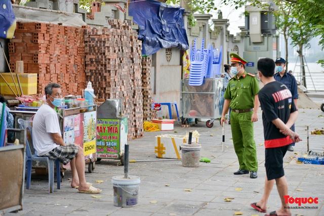 Hà Nội đóng cửa quán trà đá vỉa hè: Nơi khẩn trương dọn dẹp, chỗ như chưa hề có lệnh - Ảnh 4.