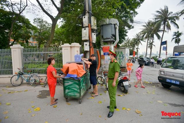 Hà Nội đóng cửa quán trà đá vỉa hè: Nơi khẩn trương dọn dẹp, chỗ như chưa hề có lệnh - Ảnh 1.