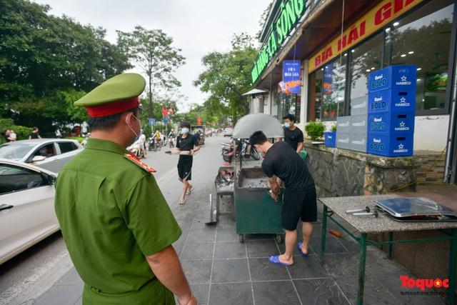 Hà Nội đóng cửa quán trà đá vỉa hè: Nơi khẩn trương dọn dẹp, chỗ như chưa hề có lệnh - Ảnh 2.