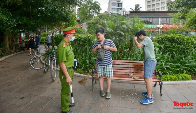 Hà Nội đóng cửa quán trà đá vỉa hè: Nơi khẩn trương dọn dẹp, chỗ như chưa hề có lệnh - Ảnh 10.