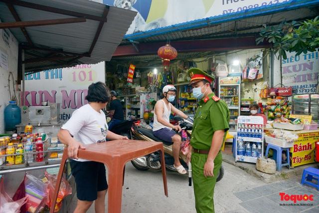 Hà Nội đóng cửa quán trà đá vỉa hè: Nơi khẩn trương dọn dẹp, chỗ như chưa hề có lệnh - Ảnh 3.