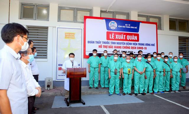 Đoàn thầy thuốc Bệnh viện Trung ương Huế lên đường hỗ trợ Bắc Giang chống dịch COVID-19 - Ảnh 1.