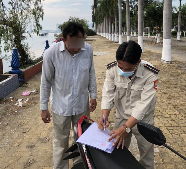 Đà Nẵng tạm dừng hoạt động chợ Phước Mỹ, xử phạt nhiều trường hợp không đeo khẩu trang nơi công cộng - Ảnh 1.