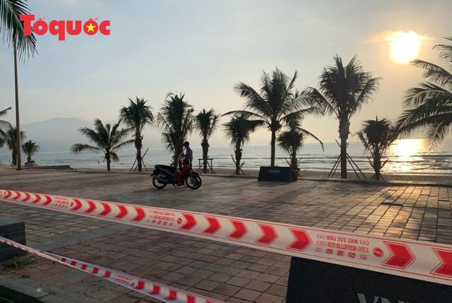 Biển Đà Nẵng vắng hoe, tạm đóng cửa bán đảo Sơn Trà - Ảnh 1.