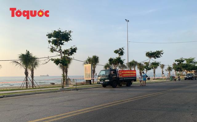 Biển Đà Nẵng vắng hoe, tạm đóng cửa bán đảo Sơn Trà - Ảnh 4.