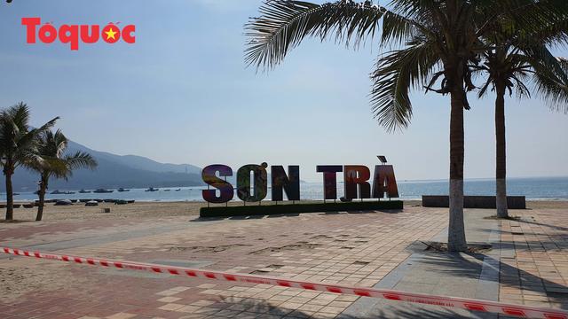 Biển Đà Nẵng vắng hoe, tạm đóng cửa bán đảo Sơn Trà - Ảnh 7.