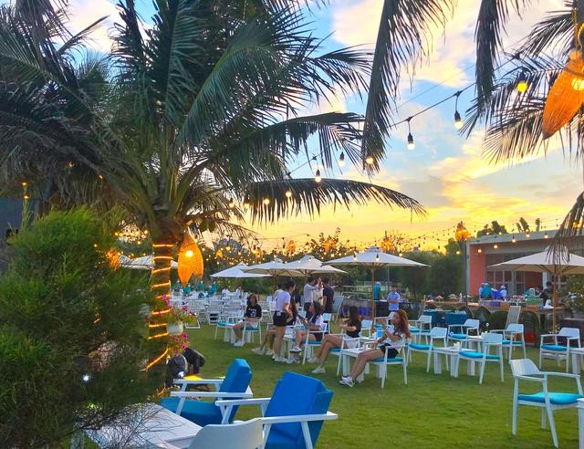 Cận cảnh quán bar biển lộng gió vừa ra mắt tại Sầm Sơn, Quy Nhơn - Ảnh 2.