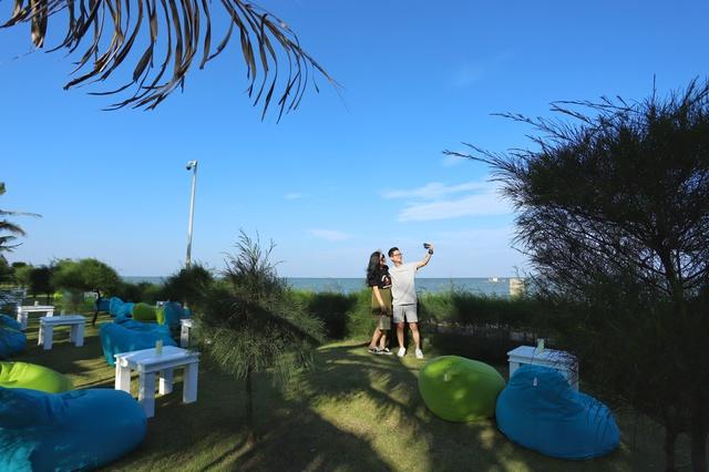 Cận cảnh quán bar biển lộng gió vừa ra mắt tại Sầm Sơn, Quy Nhơn - Ảnh 4.