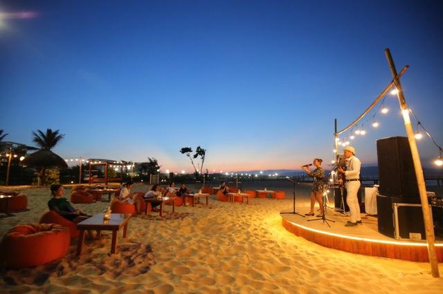 Cận cảnh quán bar biển lộng gió vừa ra mắt tại Sầm Sơn, Quy Nhơn - Ảnh 9.