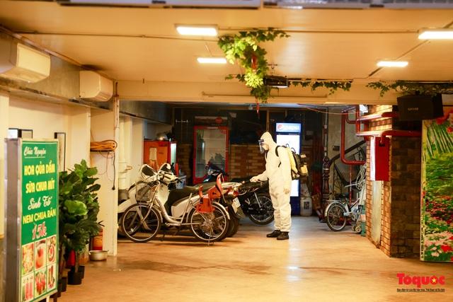 Khẩn trương lấy mẫu xét nghiệm COVID-19 trong đêm 4/5 tại quán karaoke ở Chùa Láng  - Ảnh 5.