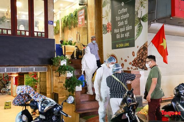 Khẩn trương lấy mẫu xét nghiệm COVID-19 trong đêm 4/5 tại quán karaoke ở Chùa Láng  - Ảnh 1.