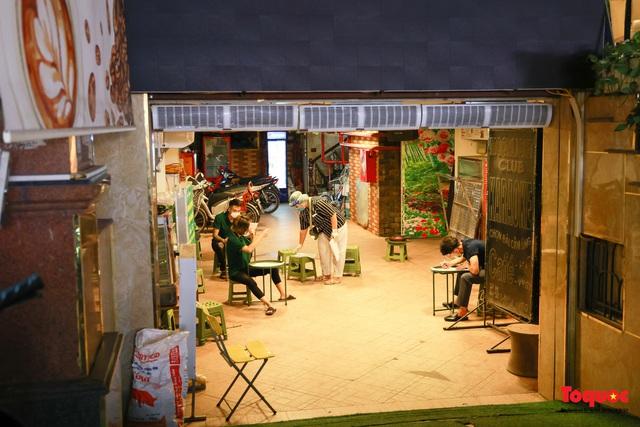 Khẩn trương lấy mẫu xét nghiệm COVID-19 trong đêm 4/5 tại quán karaoke ở Chùa Láng  - Ảnh 3.