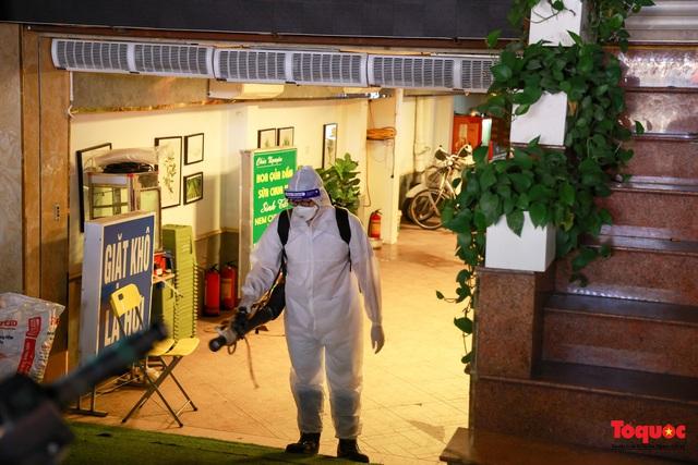 Khẩn trương lấy mẫu xét nghiệm COVID-19 trong đêm 4/5 tại quán karaoke ở Chùa Láng  - Ảnh 12.