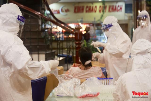 Khẩn trương lấy mẫu xét nghiệm COVID-19 trong đêm 4/5 tại quán karaoke ở Chùa Láng  - Ảnh 7.