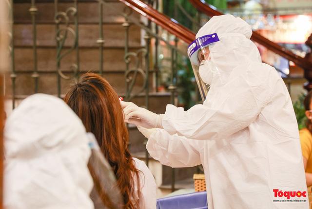 Khẩn trương lấy mẫu xét nghiệm COVID-19 trong đêm 4/5 tại quán karaoke ở Chùa Láng  - Ảnh 8.