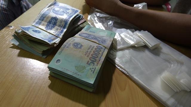 Bắt tạm giam 2 đối tượng tổ chức đánh bạc với tang số gần 2 tỷ đồng - Ảnh 2.