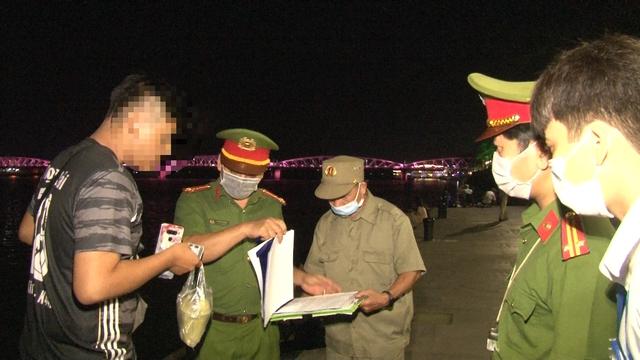 Đà Nẵng thêm 2 ca dương tính SARS-CoV-2, Thừa Thiên Huế lập chốt kiểm soát tăng cường phòng chống dịch - Ảnh 4.