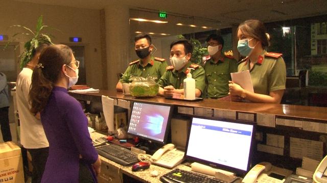 Đà Nẵng thêm 2 ca dương tính SARS-CoV-2, Thừa Thiên Huế lập chốt kiểm soát tăng cường phòng chống dịch - Ảnh 3.