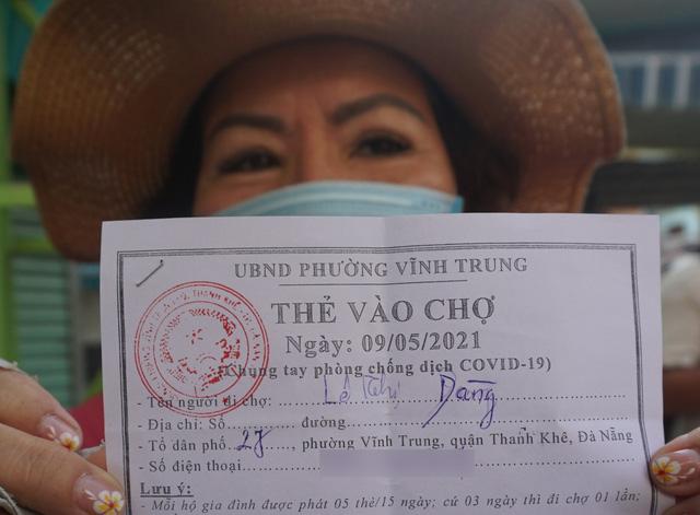 """Người dân Đà Nẵng đi chợ bằng """"tem phiếu"""" để phòng chống dịch - Ảnh 6."""