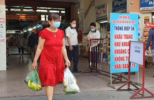 """Người dân Đà Nẵng đi chợ bằng """"tem phiếu"""" để phòng chống dịch - Ảnh 9."""