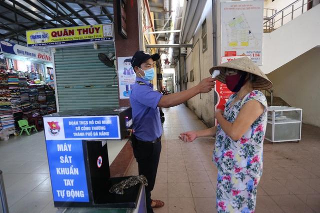 """Người dân Đà Nẵng đi chợ bằng """"tem phiếu"""" để phòng chống dịch - Ảnh 4."""