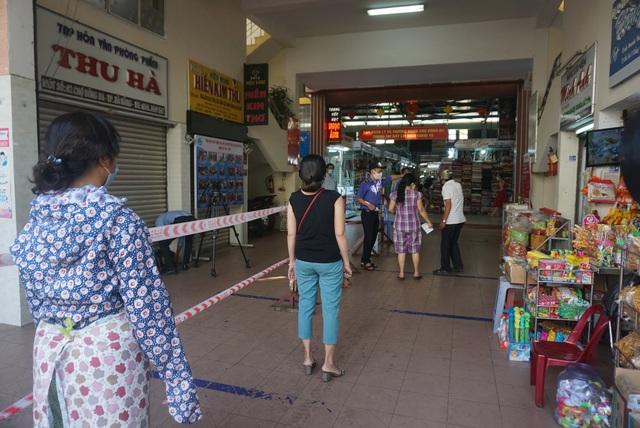 """Người dân Đà Nẵng đi chợ bằng """"tem phiếu"""" để phòng chống dịch - Ảnh 2."""
