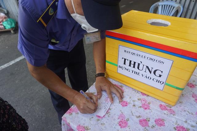 """Người dân Đà Nẵng đi chợ bằng """"tem phiếu"""" để phòng chống dịch - Ảnh 8."""