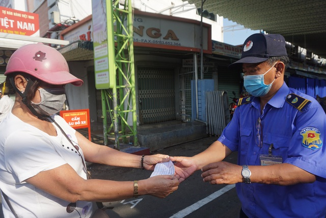 """Người dân Đà Nẵng đi chợ bằng """"tem phiếu"""" để phòng chống dịch - Ảnh 7."""