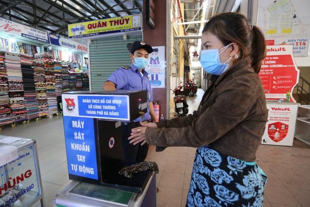 """Người dân Đà Nẵng đi chợ bằng """"tem phiếu"""" để phòng chống dịch - Ảnh 3."""