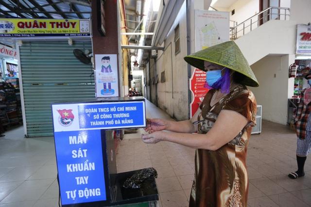 """Người dân Đà Nẵng đi chợ bằng """"tem phiếu"""" để phòng chống dịch - Ảnh 5."""