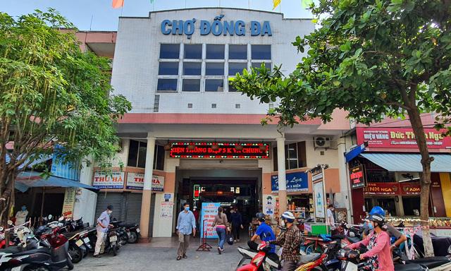 """Người dân Đà Nẵng đi chợ bằng """"tem phiếu"""" để phòng chống dịch - Ảnh 1."""