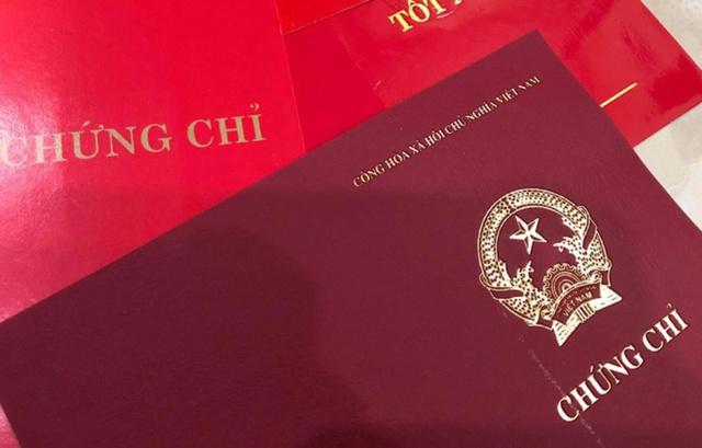 Đề xuất bỏ quy định bắt buộc về chứng chỉ ngoại ngữ và tin học đối với công chức, viên chức - Ảnh 1.