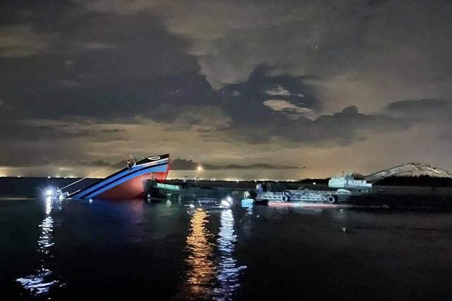 Cứu hộ tàu cá chở 12 thuyền viên bị sà lan đâm chìm trên biển - Ảnh 1.