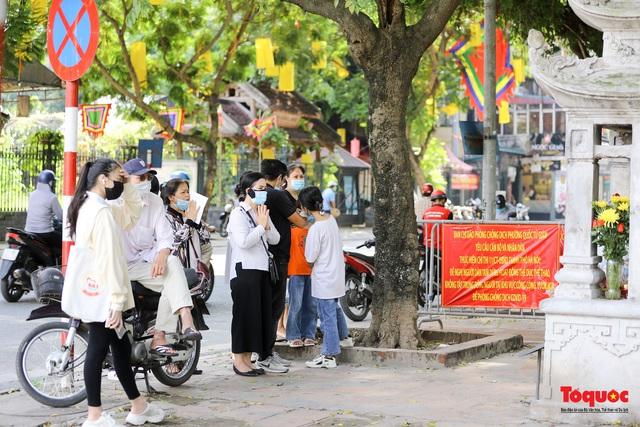 Hà Nội: Thí sinh đi lễ cầu may phía ngoài Văn Miếu - Quốc Tử Giám - Ảnh 10.
