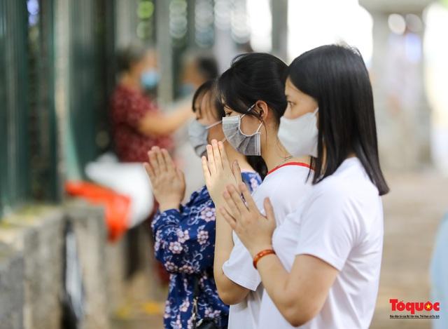 Hà Nội: Thí sinh đi lễ cầu may phía ngoài Văn Miếu - Quốc Tử Giám - Ảnh 5.