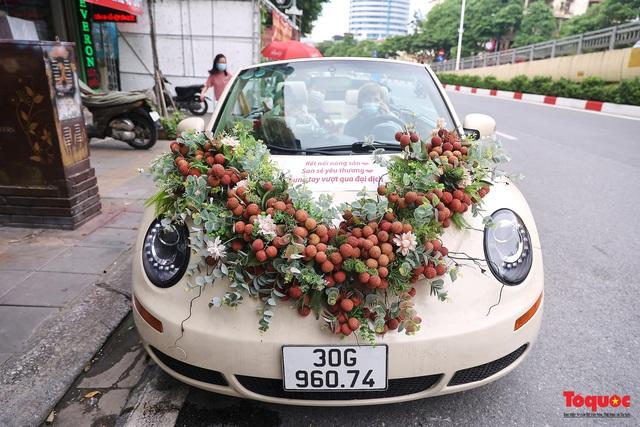 Xe Volkswagen Beetle được trang trí bằng 30kg vải thiều xuất hiện trên phố Hà Nội  - Ảnh 1.
