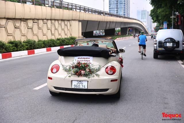 Xe Volkswagen Beetle được trang trí bằng 30kg vải thiều xuất hiện trên phố Hà Nội  - Ảnh 7.