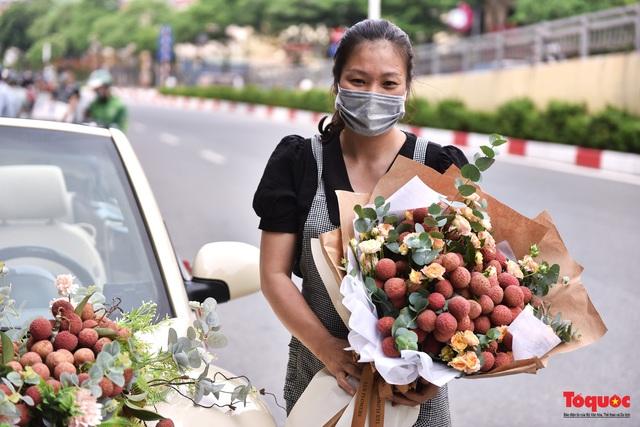 Xe Volkswagen Beetle được trang trí bằng 30kg vải thiều xuất hiện trên phố Hà Nội  - Ảnh 6.