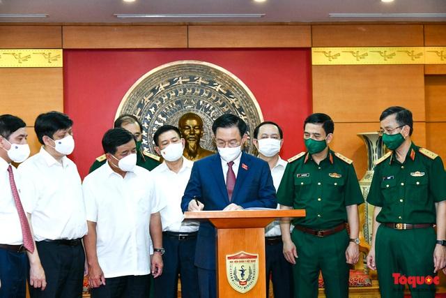 Chủ tịch Quốc hội Vương Đình Huệ làm việc tại Viện Nghiên cứu y dược học quân sự và Học viện Quân y - Ảnh 9.