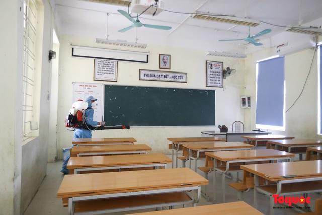 Hà Nội phun khử khuẩn, vệ sinh lớp học sẵn sàng cho kỳ thi vào lớp 10 - Ảnh 3.