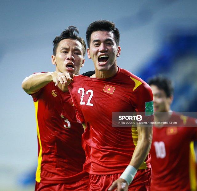 """Quật ngã """"bầy hổ"""", tuyển Việt Nam giữ vững ngôi đầu bảng G - Ảnh 1."""