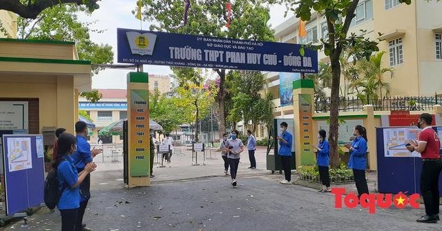 """Hà Nội: Thí sinh """"thở phào"""" hoàn thành hai bài thi đầu tiên kỳ thi vào lớp 10 THPT năm 2021 - Ảnh 2."""