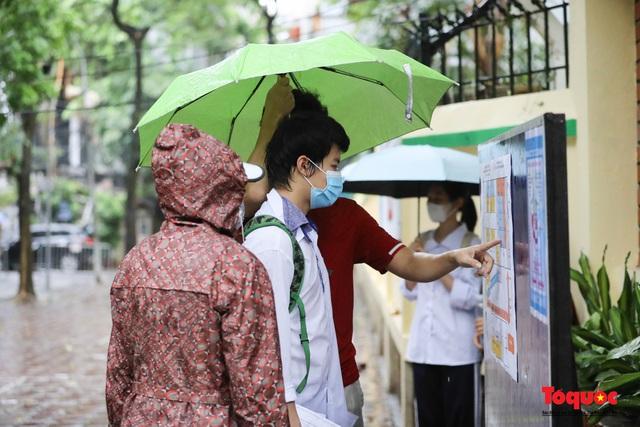 Thí sinh Hà Nội vất vả đội mưa đến trường thi vào lớp THPT - Ảnh 5.