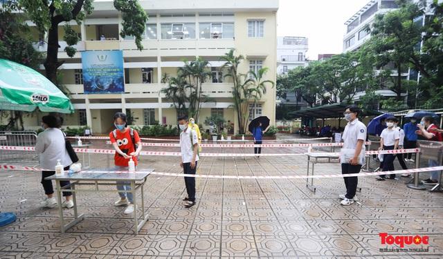 Thí sinh Hà Nội vất vả đội mưa đến trường thi vào lớp THPT - Ảnh 8.