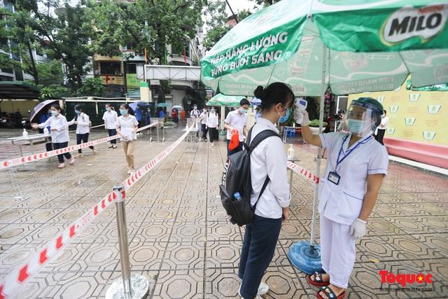 Thí sinh Hà Nội vất vả đội mưa đến trường thi vào lớp THPT - Ảnh 7.